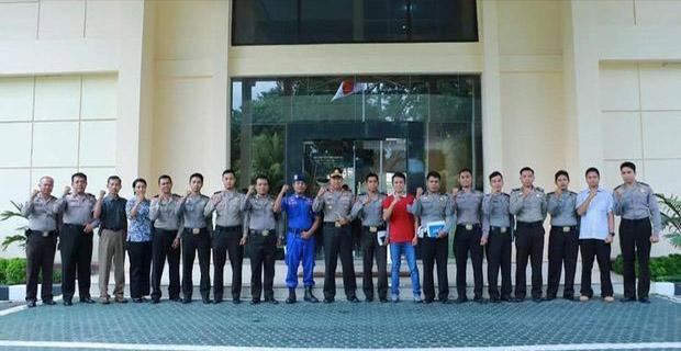 Bintara Polisi Memberhentikan Mobil Kapolda NTB