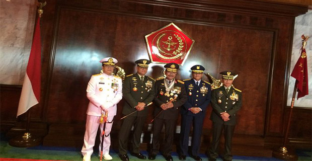 Kapolri Badrodin Menerima 4 Bintang Penghargaan Dari TNI