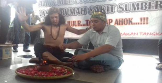 Dengan Membakar Kemenyan dan Ruwat Dukun Jawa Tengah dan Bali berharap Ahok segera Ditangkap KPK