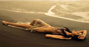 Nikita Mirzani Memamerkan Fotonya yang Hampir telanjang di Pinggir Pantai