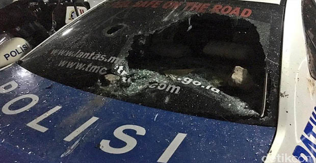 Akibat Bentrok Antar Suporter 5 Mobil Dibakar Dan 19 Suporter Sesak Napas