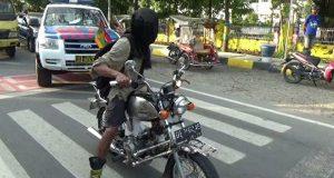 Tak Pernah Habisnya, Kali ini Seorang Pembela Rohingnya Tekad Membuat Aksinya Mengendarai Kereta dengan Cara Mata Tertutup
